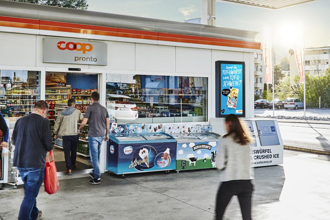 Digital Convenience Network –  Digitale Werbung mit Plakat an den Coop Pronto Shops und Tankstellen – mit Plakat Absatz steigern am POS - Hohe Reichweite, Flexibilität, dynamische Aussteuerung und Motivanpassung
