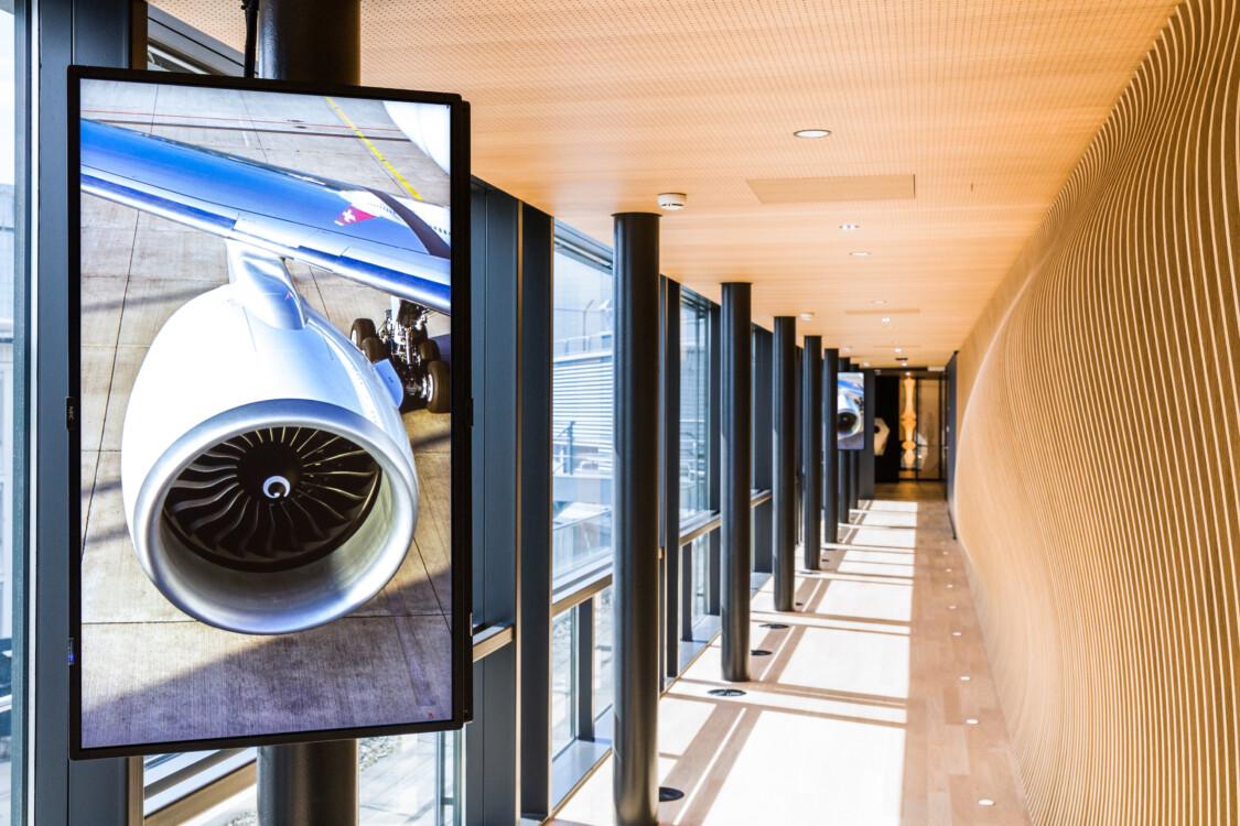 Flughafen - Digitale Plakate -Hier sehen Sie wie Ihre Werbung auf den digitalen Screens in den SWISS Lounges am Flughafen Zürich wirkt.