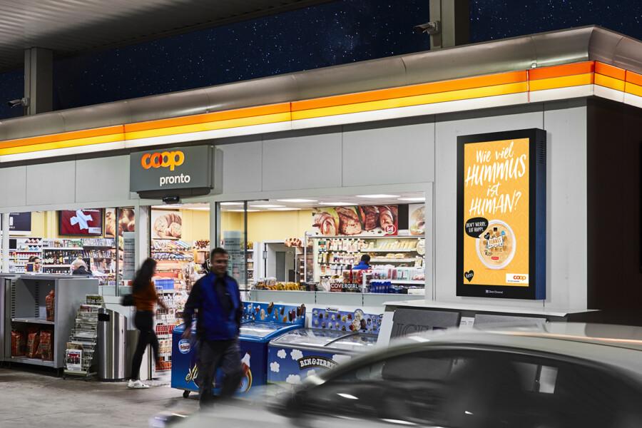 Digital Convenience Network –  Pubblicità digitale sullo schermo del Coop Pronto Shop e stazioni di servizio - Aumento delle vendite al POS con i poster - Elevata portata, flessibilità, controllo dinamico e adattamento dei motivi