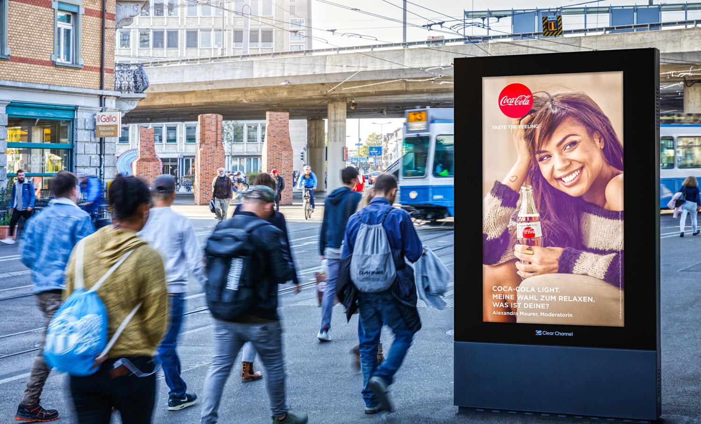 Plakat am Escherwyss Platz Zürich - Digitale Werbung auf Screen in Zürich – mit Plakat kaufkräftige Zielgruppe erreichen – Branding für Luxusprodukte,  hohe Reichweite, Flexibilität, dynamische Aussteuerung