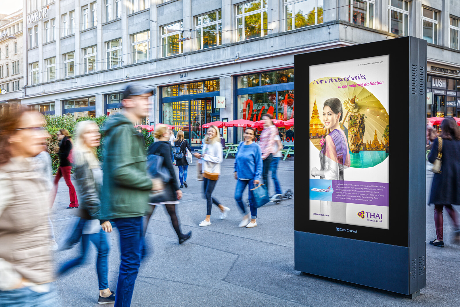 Affiche sur la ZH Globus de Zurich - publicité numérique sur écran au centre de Zurich - atteindre un groupe cible ayant un pouvoir d'achat- Branding pour les produits de luxe, grande portée, flexibilité, contrôle dynamique