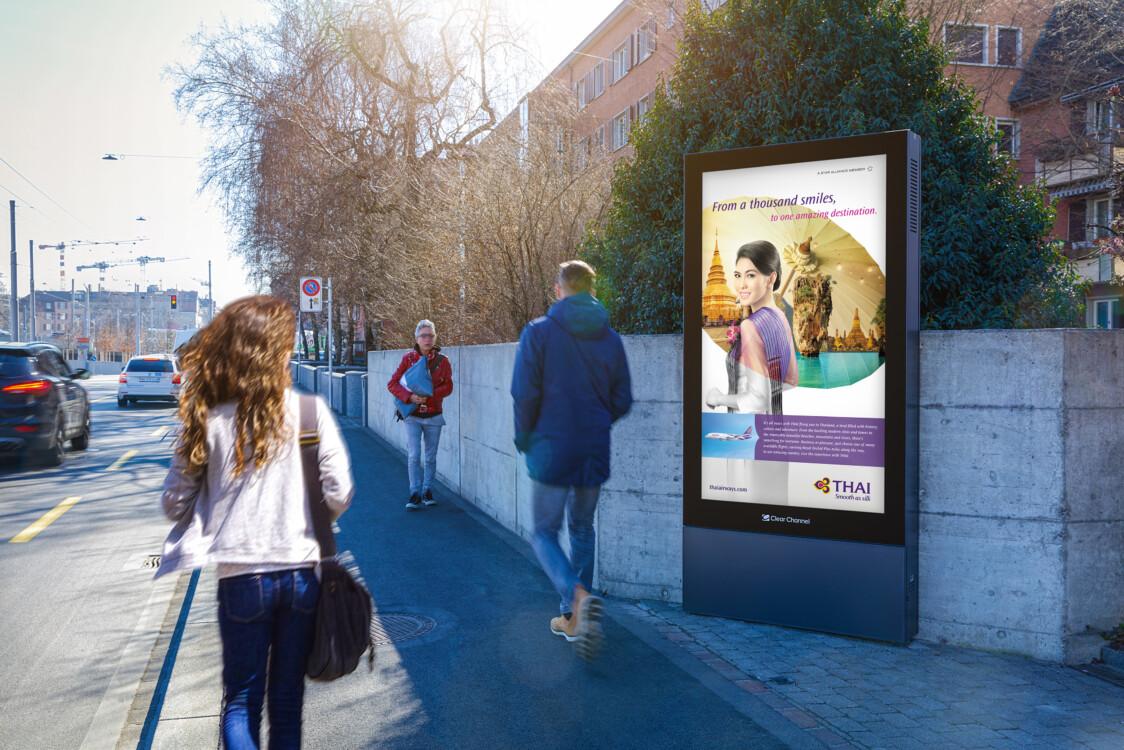 Plakat an der Hohlstrasse Zürich - Digitale Werbung auf Screen in Zürich – mit Plakat kaufkräftige Zielgruppe erreichen – Branding für Luxusprodukte,  hohe Reichweite, Flexibilität, dynamische Aussteuerung