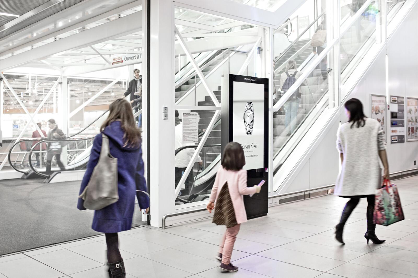 Affiche dans le centre commercial - Publicité numérique sur écran dans le centre commercial - Augmenter les achats sur le point de vente grâce à l'affichage - Grande portée, flexibilité, contrôle dynamique et adaptation du motif