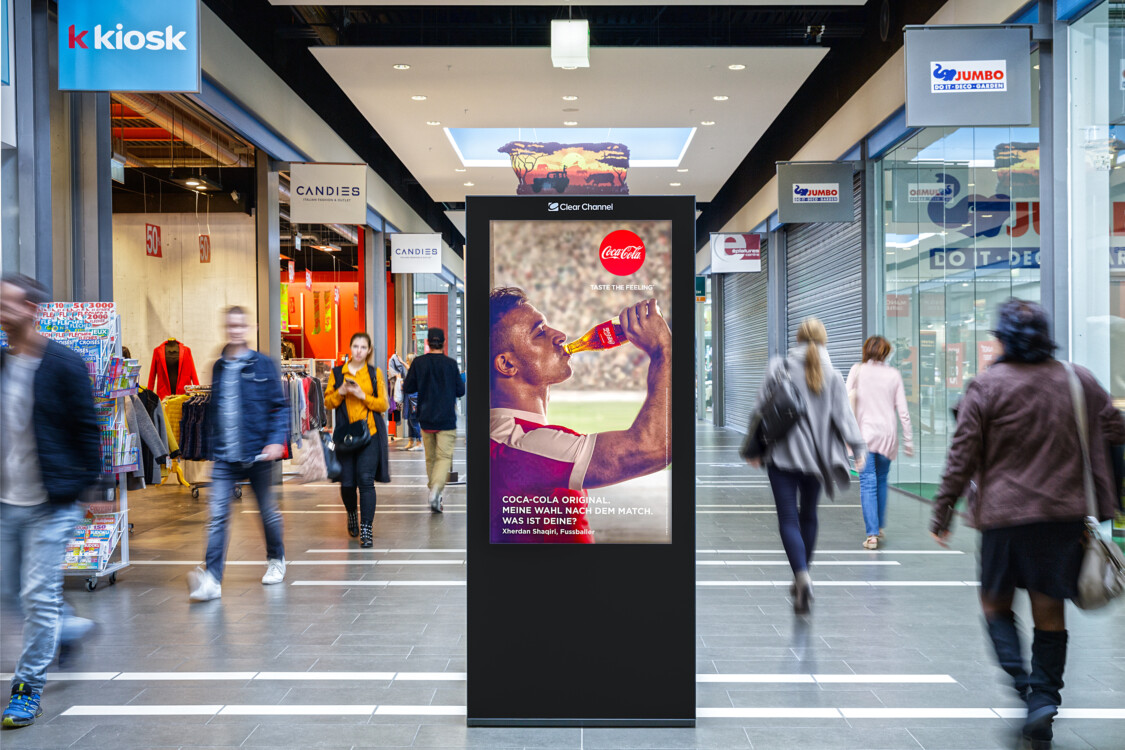 Poster in the shopping centre - Digital advertising on screen in the shopping centre - Increase sales at the POS with poster - High reach, flexibility, dynamic control and motif adaptation