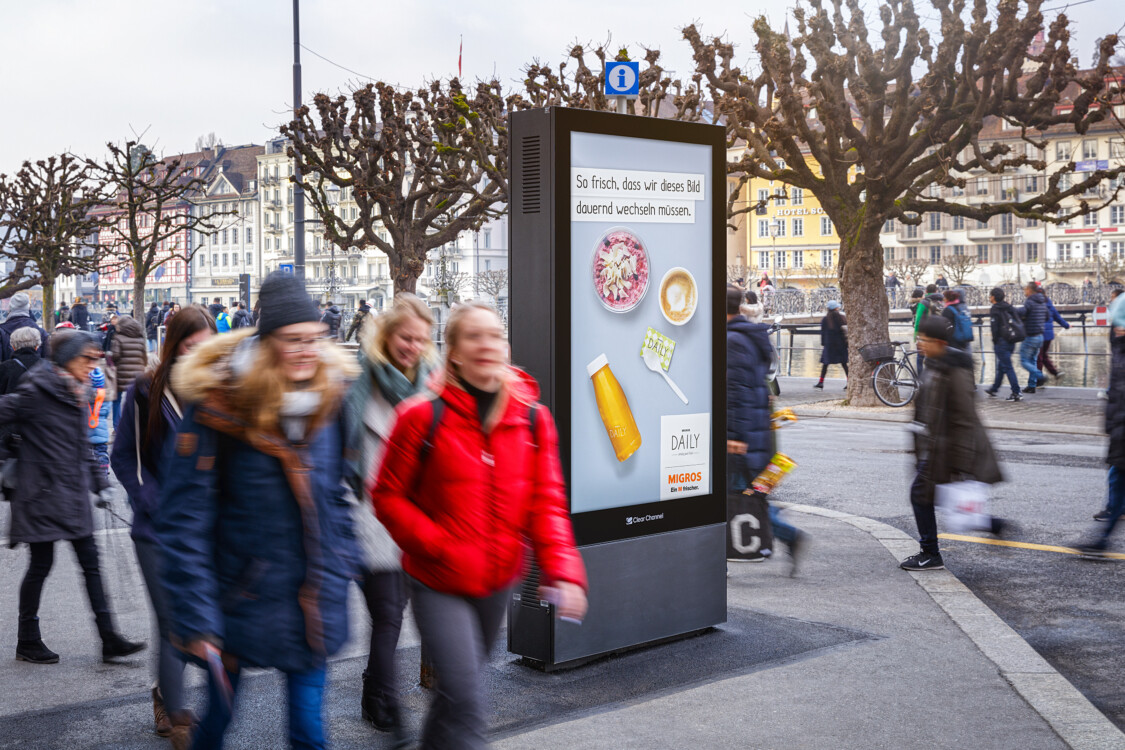 Poster on the street and in the city - Digital advertising on screen at highly frequented locations - Reach target group with poster - High reach, flexibility, dynamic control