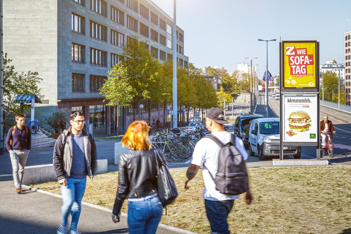 Affiche sur le rues et dans les villes- - publicité par affiche dans des lieux très fréquentés - atteindre le groupe cible avec l'affiche - grande portée, bon marché, simple.