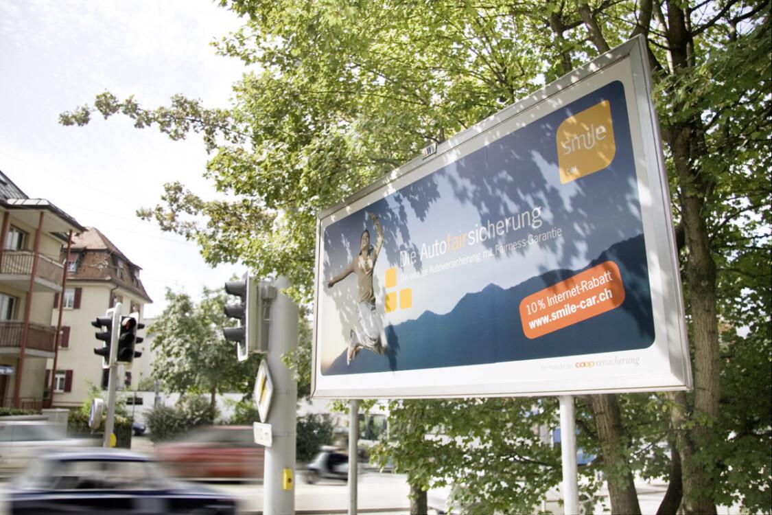 Poster in strada e in città - pubblicità su manifesti in luoghi altamente frequentati - raggiungere il gruppo target con il poster - alta portata, economico, semplice.
