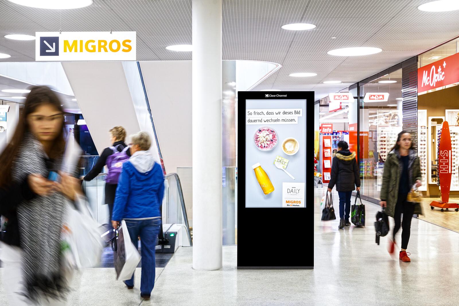 Plakat im Einkaufszentrum in Burgdorf - Digitale Werbung auf Screen im Shoppingcenter – mit Plakat Absatz steigern am POS - Hohe Reichweite, Flexibilität, dynamische Aussteuerung und Motivanpassung