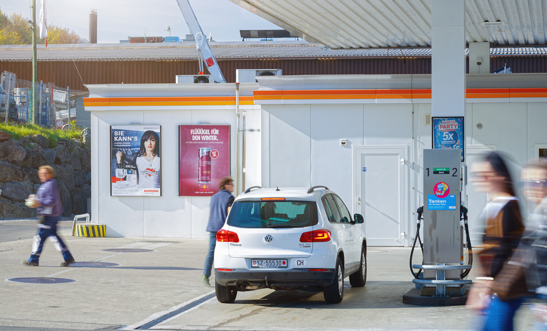 Plakat am POS und an Tankstellen– Plakatwerbung an stark frequentierten Standorten – mit Plakat Zielgruppe erreichen –hohe Reichweite, günstig, einfach.